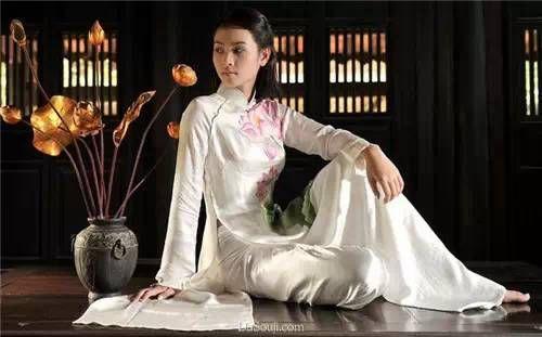 越南旗袍为越南妇女的传统服装,越语为áo dài(奥黛)。质地通常为丝绸,上装胸、袖较紧,前后两襟。就像日