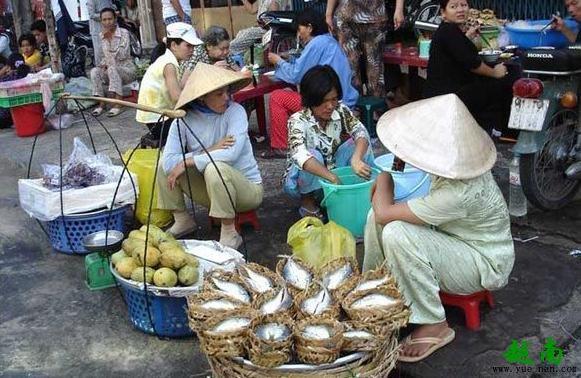 凭祥市内卖越南特产的店铺日益增多是必